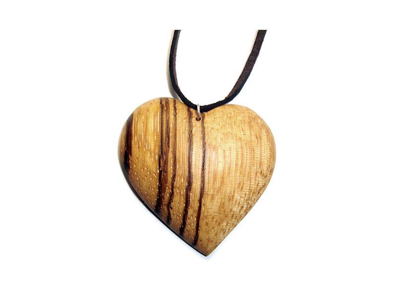 _0006_Dřevěný přívěšek-srdce-zebrano napůl
