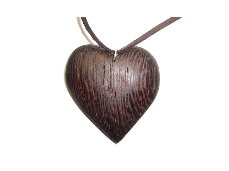 _0007_Dřevěný přívěšek-srdce-wenge