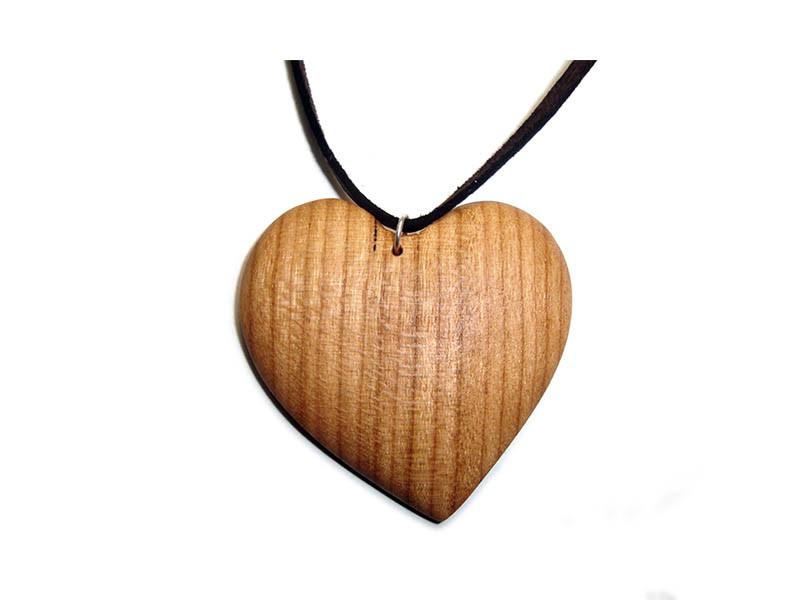 _0008_Dřevěný přívěšek-srdce-třešeň