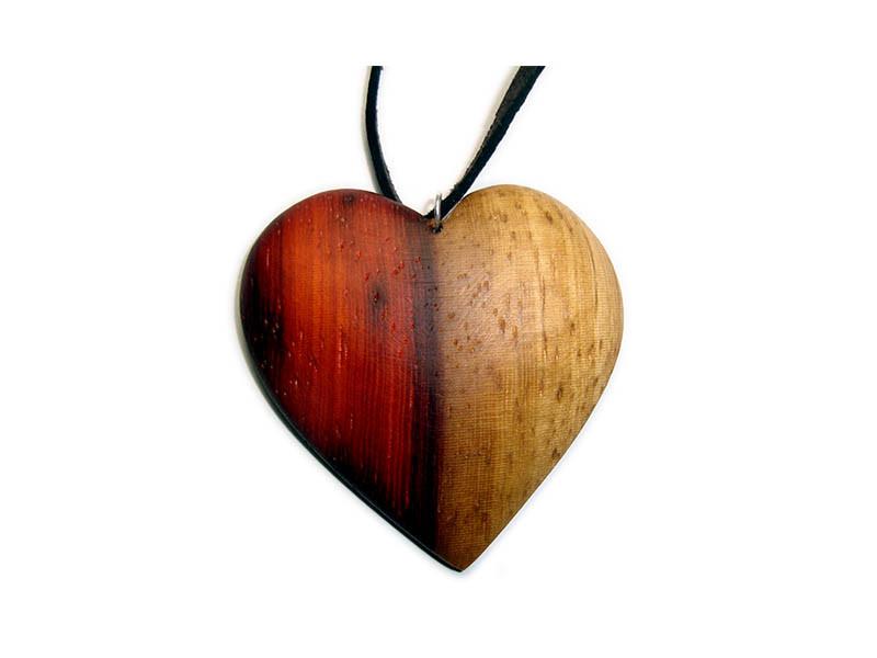 _0010_Dřevěný přívěšek-srdce-padouk napůl