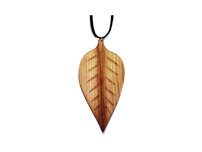_0033_Dřevěný přívěšek-bukový list-třešeň